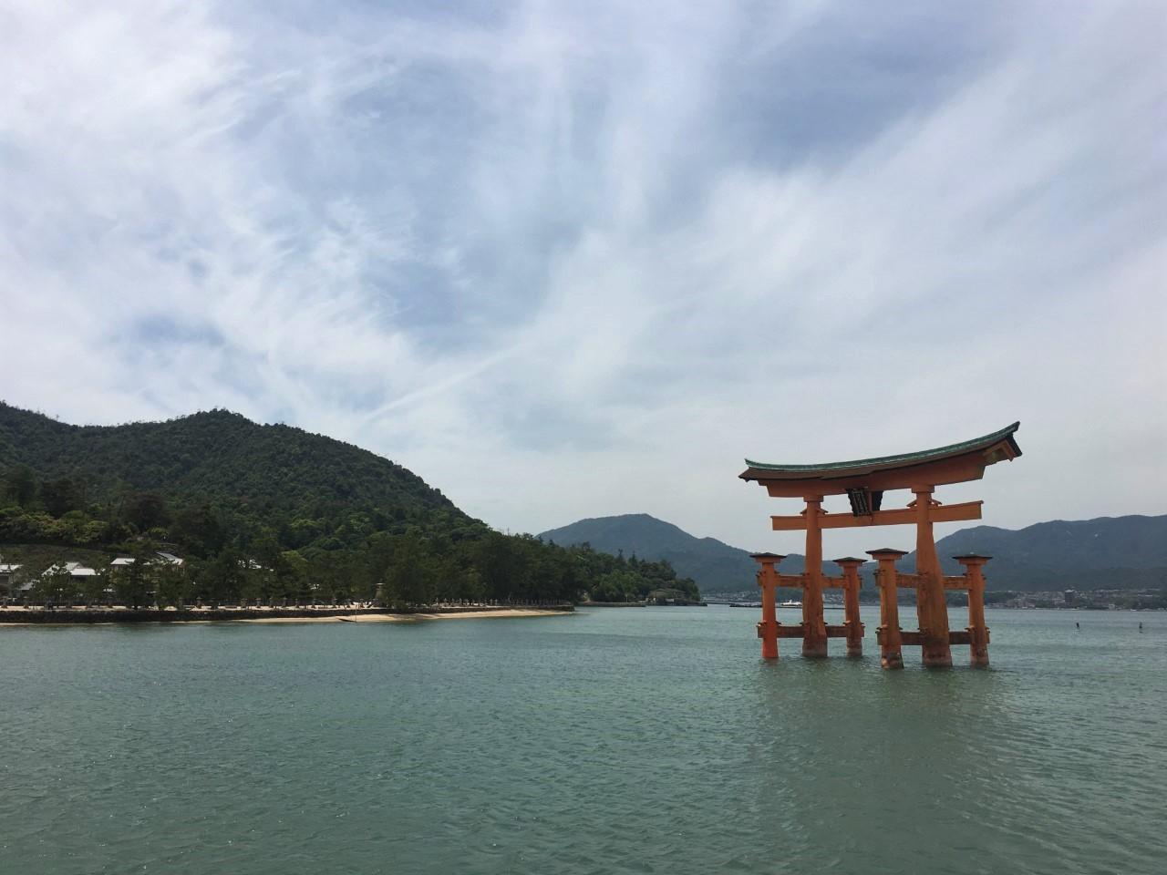 Floating Torii gate miyajima island